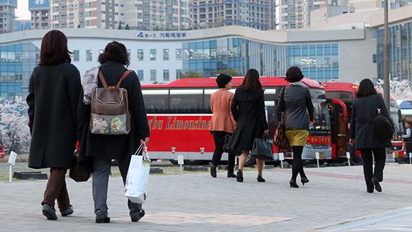 정부세종청사 직원들이 업무가 끝난 후 통근 버스를 타기 위해 삼삼오오 버스로 향하고 있다. (사진=저작권자(c) 연합뉴스, 무단 전재-재배포 금지)