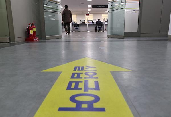 서울의 한 고용복지플러스센터에서 민원인이 실업급여 자격 신청을 하고 있다. (사진=저작권자(c) 연합뉴스, 무단 전재-재배포 금지)