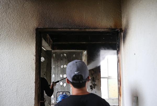 초등생 형제가 라면을 끓여 먹다 화재가 발생한 인천시 미추홀구 한 빌라에서 17일 오전 물청소 작업이 진행되고 있다. (사진=저작권자(c) 연합뉴스, 무단 전재-재배포 금지)