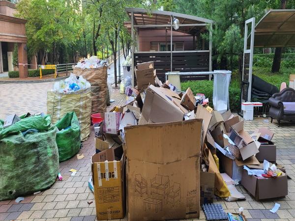재활용품 분리수거가 시작된지 3시간만에 엄청난 양의 재활용품이 모였다.