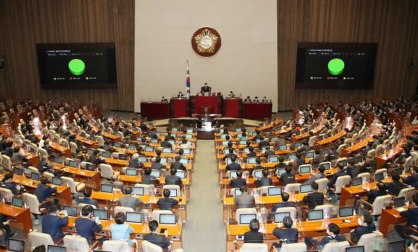 22일 국회 본회의에서'2020년도 제4회 추가경정예산안'이 통과되고 있다.(저작권자(c) 연합뉴스, 무단 전재-재배포 금지)