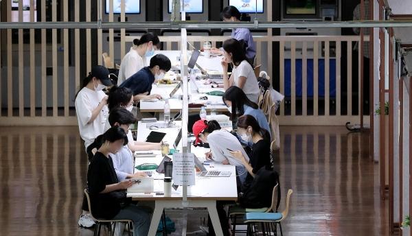 서울의 한 대학교에서 학생들이 공부를 하고 있다.(출처=뉴스1)