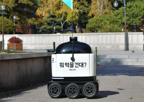 우아한형제들의 실내외 자율주행 배달로봇(사진=과학기술정보통신부 제공).