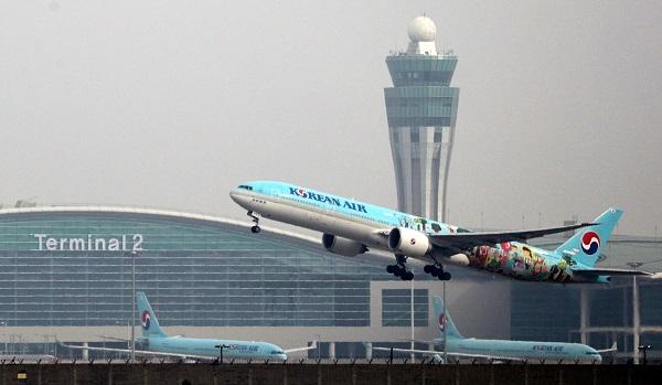 인천국제공항 제2여객터미널에서 대한항공 항공기가 이륙하고 있다.(사진=저작권자(c) 연합뉴스, 무단 전재-재배포 금지)