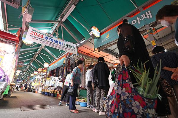 추석을 앞둔 24일 오후 서울 성북구 장위전통시장을 찾은 시민들이 장을 보고 있다. (사진=저작권자(c) 연합뉴스, 무단 전재-재배포 금지)