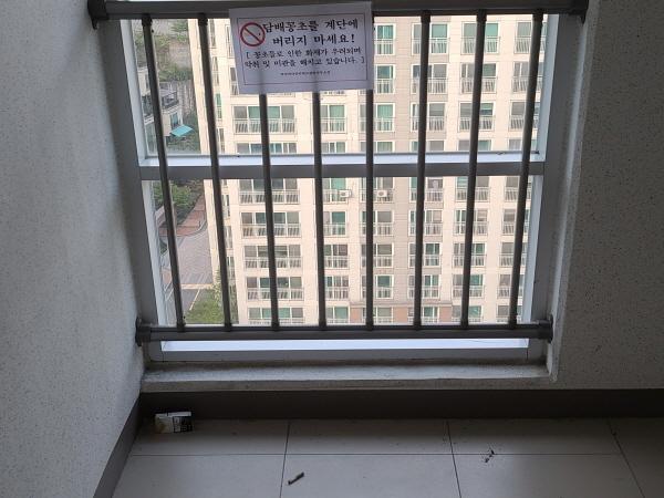 '꽁초 투기 금지'란 표지에도 불구하고 흡연을 하고 꽁초를 버리는 주민이 있는 게 아파트의 현실이다.