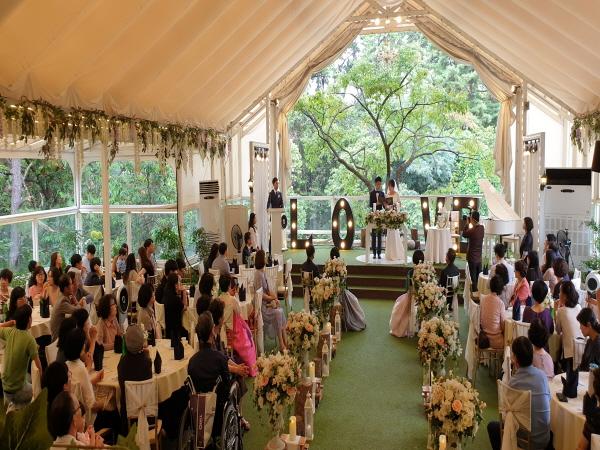 작년에 결혼한 조카가 50인의 하객을 초정하는 작은 결혼식을 치르는 모습이 보기좋다.