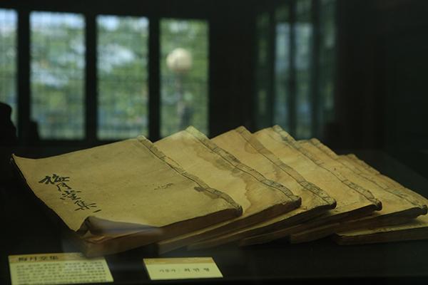 김시습은 '매월당집' 23권과 시 2천여 편을 남겼다.