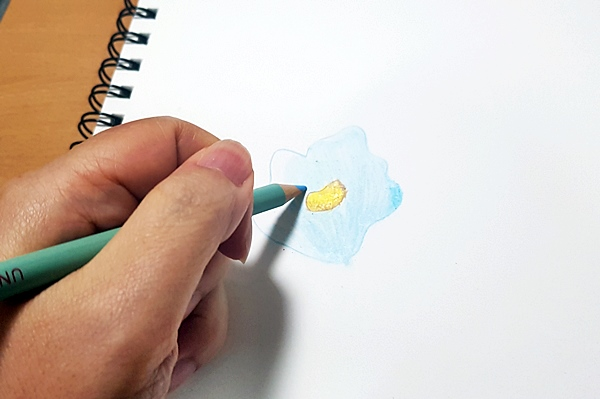 색연필을 잡고 나만의 방식으로 재 해석해 그려보니 점점 재미있다.