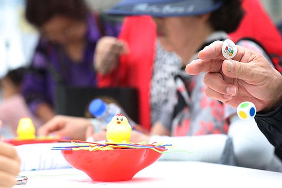 지난해 9월 22일 오후 서울광장에서 열린 '2019 건강서울 페스티벌'에서 시민들이 치매예방을 위한 게임을 하고 있다. (사진=저작권자(c) 연합뉴스, 무단 전재-재배포 금지)