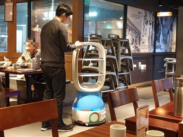 로봇이 서빙하는 음식점.
