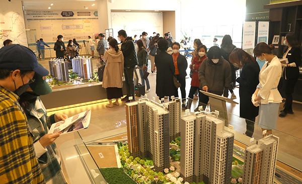 시민들이 견본주택을 살펴보고 있다.(사진=저작권자(c) 연합뉴스, 무단 전재-재배포 금지)
