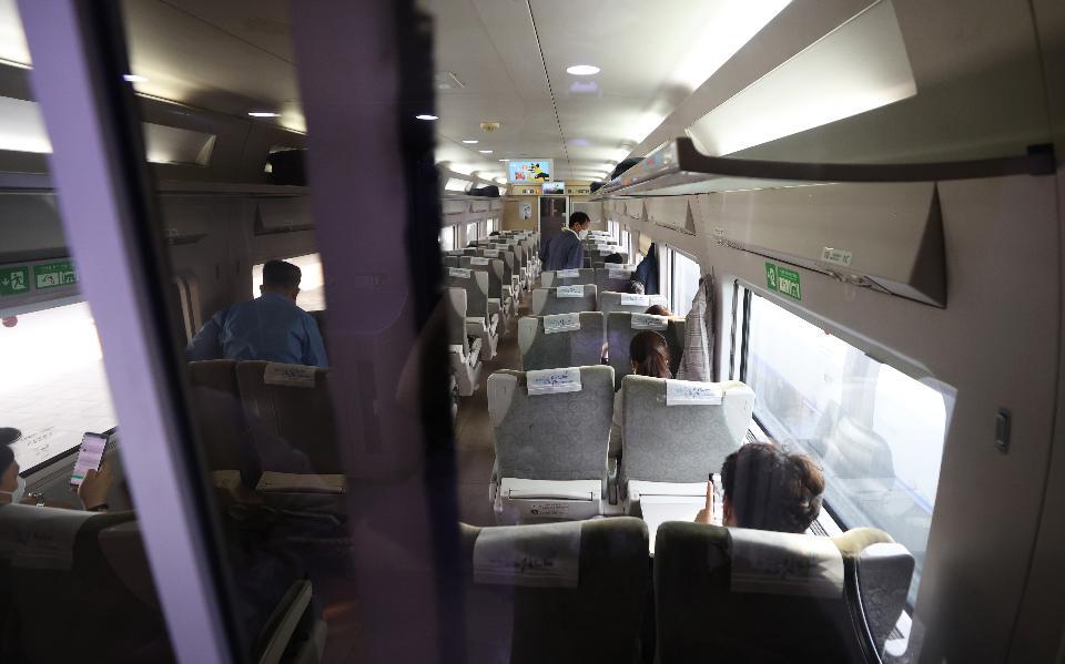 고향 가는 기차, 창가쪽 좌석만 앉아요!
