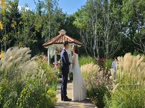 가장 큰 결혼식장에서 열린 가장 작은 결혼식~