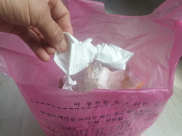 사용한 마스크는 반드시 일반 쓰레기 종량제 봉투에 버려야 한다.