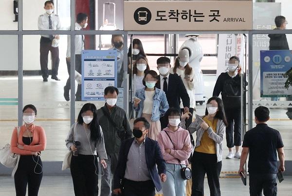 서울 강남 고속버스터미널에서 마스크를 착용한 시민들이 밖으로 나서고 있다.(사진=저작권자(c) 연합뉴스, 무단 전재-재배포 금지)