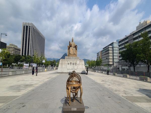 세종대왕 동상 아래 조성된 세종대왕 박물관에서 세종대왕의 위대함을 찾아볼 수 있다.