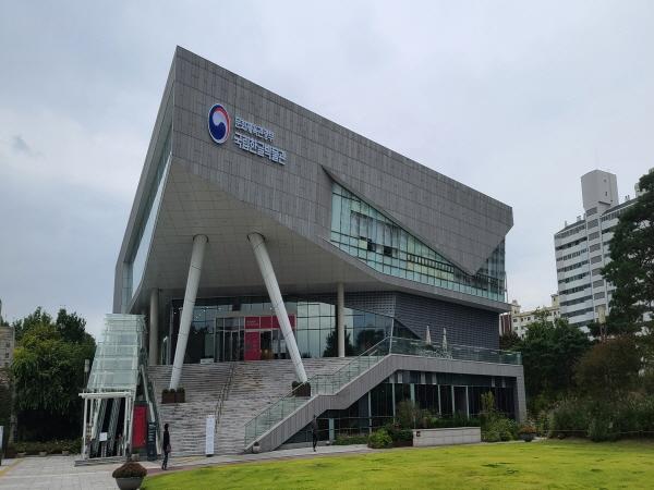 2014년 개관한 국립한글박물관은 한글의 역사성과 우수성을 체계적으로 전시한 공간이다.