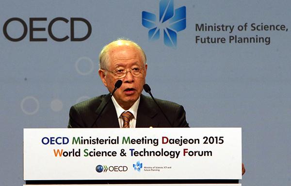 노요리 료지 일본 나가노대 교수가 지난 2015년 10월 대전 유성구 대전컨벤션센터에서 개막한 '2015 세계과학정상회의'에 참석해 연설하고 있다. (사진=저작권자(c) 연합뉴스, 무단 전재-재배포 금지)