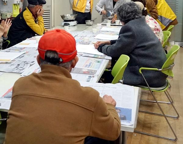 치매안심센터에서 치매프로그램을 받는 어르신들.