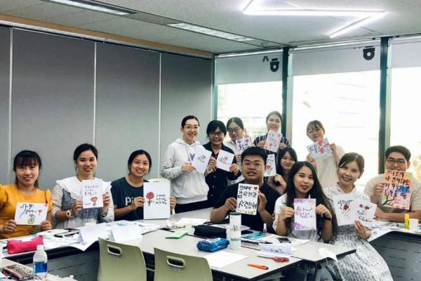 베트남 거점 세종학당 학생들이 자신들이 쓴 한글을 선보이고 있다. (사진=문화체육관광부)