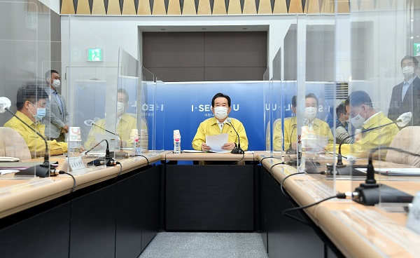 정세균 국무총리가 9일 서울시청에서 열린 신종 코로나바이러스 감염증(코로나19) 대응 중앙재난안전대책본부 회의를 주재하고 있다.