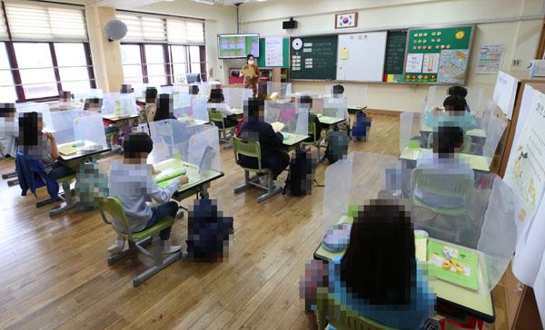 등교수업 하는 초등학생들. (사진=저작권자(c) 연합뉴스, 무단 전재-재배포 금지)