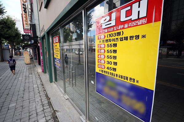 8월 30일 낮 광주 동구 금남로 한 상가에 임대 안내문이 붙어 있다.(사진=저작권자(c) 연합뉴스, 무단 전재-재배포 금지)