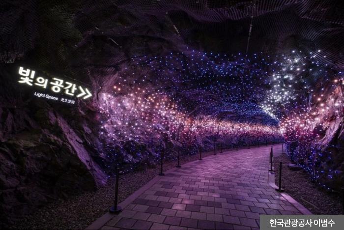 빛의 공간으로 들어가는 길 - 한국관광공사 이범수