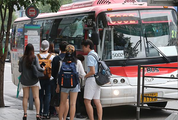 서울 강남역 인근 버스정류소에서 시민들이 증차된 버스를 기다리고 있다. (사진=저작권자(c) 연합뉴스, 무단 전재-재배포 금지)