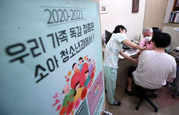 지난 13일 서울 송파구의 소아과에서 한 청소년이 독감 접종을 받고 있다. (사진=저작권자(c) 연합뉴스, 무단 전재-재배포 금지)