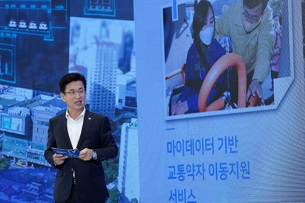 허태정 대전광역시장이 13일 오전 청와대 영빈관에서 열린 '제2차 한국판 뉴딜 전략회의'에서 'AI기반 지능형도시 구축'을 주제로 사례발표를 하고 있다. (사진=청와대)