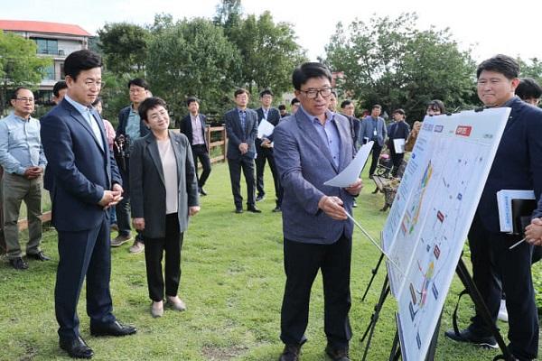 허태정 대전시장이 지난해 10월 10일 대덕구 연축도시개발사업 현장을 방문해 사업 설명을 듣고 있는 모습. (사진=대전시)