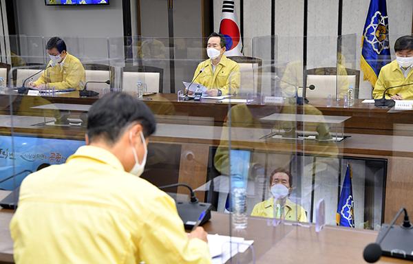 정세균 국무총리가 21일 정부세종청사에서 열린 코로나19 중대본 회의에서 발언하고 있다.