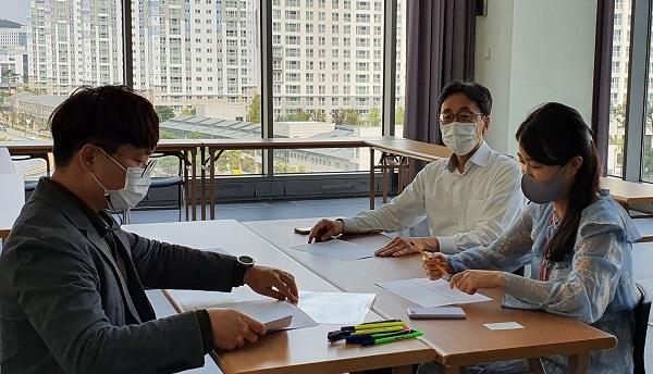 '역으로 지도하기' 프로그램에 참여한 연원정 인사처 인사관리국장(오른쪽에서 두번째)이 90년대생 공무원들과 대화하는 모습. (사진=인사혁신처)