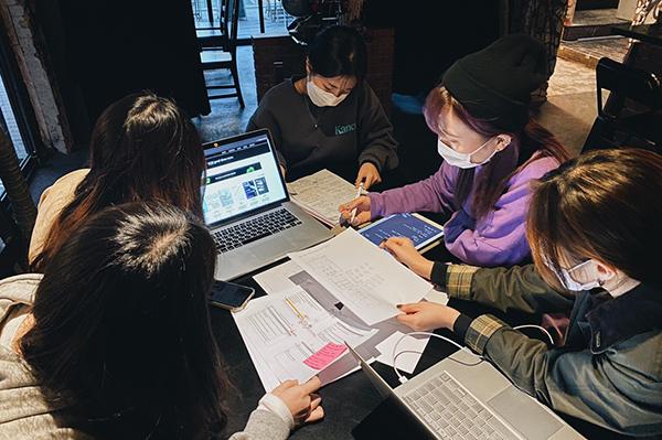 ㈜디노마드에서 근무하고 있는 청년 크리에이터들이 회의를 하고 있다. (사진=㈜디노마드 제공, 무단 전재-재배포 금지)