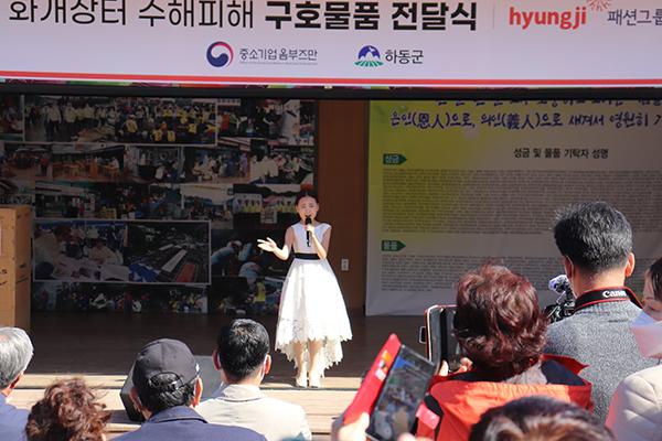 트롯신동 김다현양이 화개장터 무대에서 신곡을 부르고 있다.(사진=중소벤처기업부)