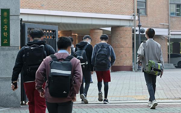 서울 용산구의 한 중학교에서 학생들이 등교를 하고 있다. (사진=저작권자(c) 연합뉴스, 무단 전재-재배포 금지)