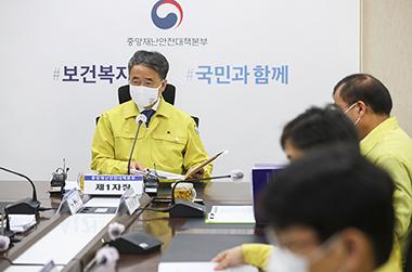 """박능후 복지장관 """"전문가판단 믿고 독감접종 참여해달라…저도 오늘 접종"""""""