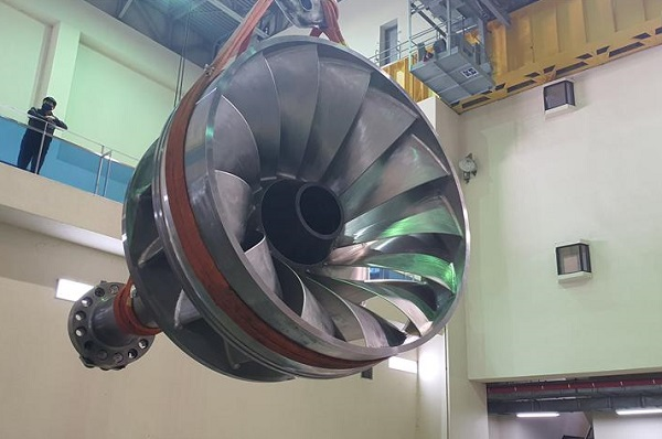 지난 6월 100% 국산화 개발에 성공한 50메가와트급 수차 러너의 실증을 위해 한국수자원공사 합천댐지사의 합천수력발전소에 설치하고 있다.