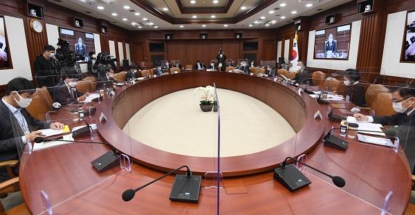 정부가 27일 열린 제4차 혁신성장전략회의 겸 제39차 경제관계장관회의에서 오는 2021년부터 5년간 서비스 연구개발 분야에 7조원을 투자하는 내용의 서비스 R&활성화 전략을 발표하고 있다. (사진=기획재정부)