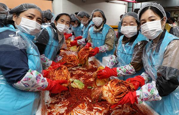 지난해 11월 서울 용산구 보광동주민센터에서 용산구 거주 시민들과 대한적십자사 봉사원들이 함께하는 '사랑의 김장나눔' 행사가 열리고 있다.