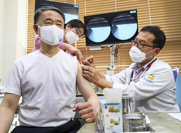인플루엔자 예방접종을 받고 있는 박능후 보건복지부 장관. (사진=보건복지부)