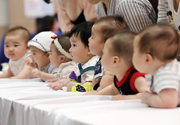 건강한 모유수유아 선발대회에 참가한 아기들이 발달상태 측정 순서를 기다리고 있다. (사진=저작권자(c) 연합뉴스, 무단 전재-재배포 금지)