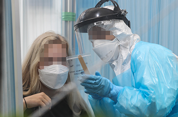 대전시 서구 만년동 서구보건소 코로나19 선별진료소에서 한 외국인이 진단검사를 받고 있다. (사진=저작권자(c) 연합뉴스, 무단 전재-재배포 금지)
