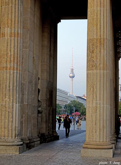 서베를린에서 본 브란덴부르크 대문. 대문 사이로 한때 동베를린의 상징이던 TV송신탑이 멀리 보인다.