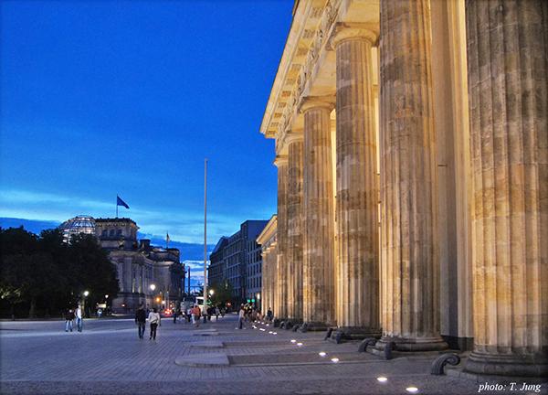 브란덴부르크 대문의 서쪽면. 그 너머 왼쪽에 새로 단장된 독일 의사당이 보인다.
