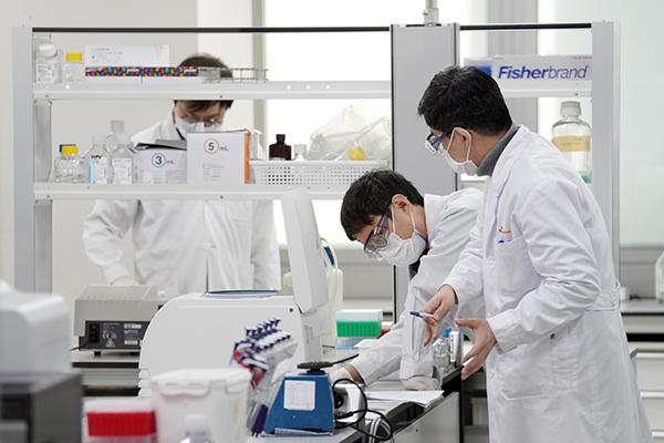 지난 15일 오후 경기 성남의 SK바이오사이언스에서 연구원들이 코로나19 백신·치료제 개발을 하고 있다. (사진=저작권자(c) 연합뉴스, 무단 전재-재배포 금지)