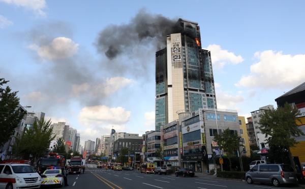 9일 오전 화재가 발생한 울산 남구 달동 삼환아르누보 주상복합아파트에서 검은 연기가 치솟아 오르고 있다. 2020.10.9/뉴스1