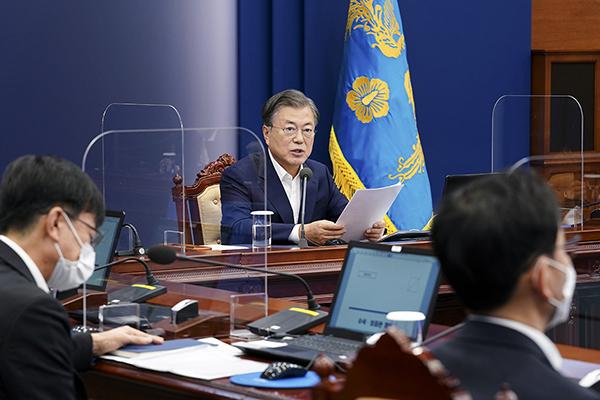 문재인 대통령이 2일 청와대에서 수석·보좌관 회의를 주재하고 있다. (사진=청와대)